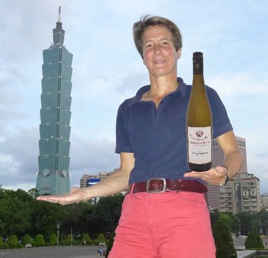 Frau Mauritz mit Weinflasche