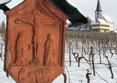 Bild-Stock mit Kreuzigung mit der Kirche St. Peter und Paul Hochheim